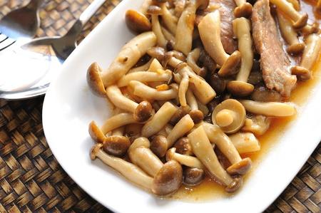 girolle: Mushrooms with pork.