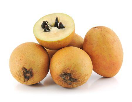 La fruta del n�spero en el fondo blanco. Foto de archivo - 13739900