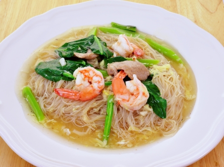 mee pok: noodles with prawns
