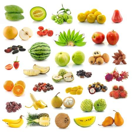 platano maduro: recogida de fruta en el fondo blanco