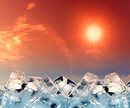 cubos de hielo: cubos de hielo en el cielo rojo