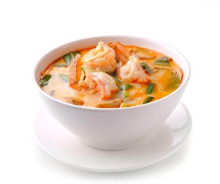Tom Yam Kung (Thaise keuken) op een witte achtergrond Stockfoto