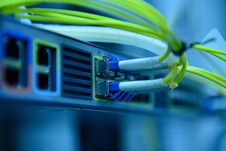 fibra óptica: Cables de la red de fibra óptica y concentrador Foto de archivo