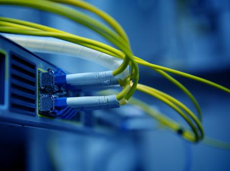 Cables de la red de fibra óptica y concentrador Foto de archivo