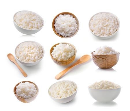 mis du riz dans un bol sur un fond blanc