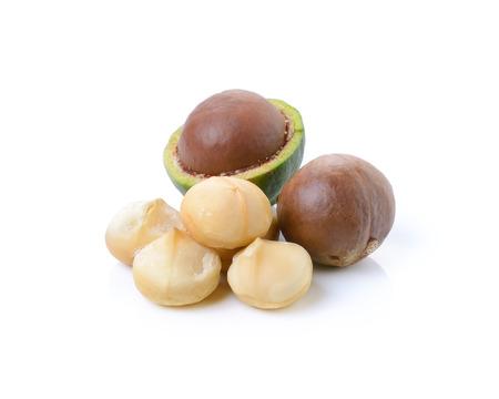 nueces de macadamia en el fondo blanco