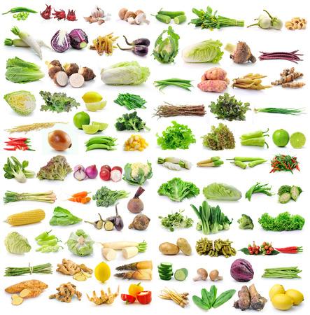 verduras verdes: conjunto de verduras en el fondo blanco