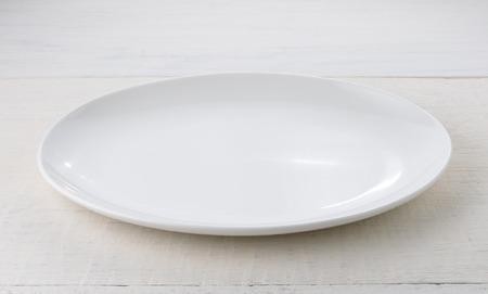 ceramica: Placa de cer�mica vac�a en mesa de madera Foto de archivo