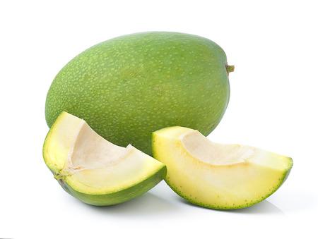 白い背景の上の緑のマンゴー