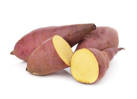 白い背景の上のサツマイモ