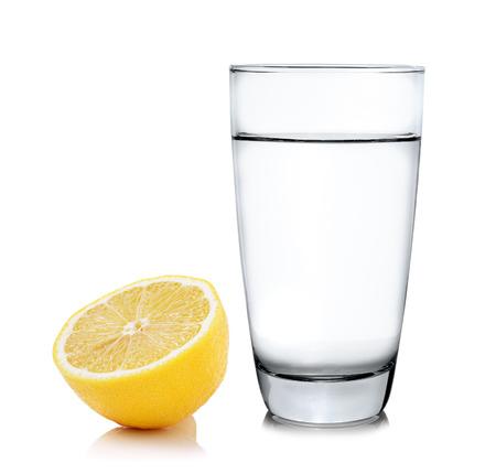 vaso de agua: agua con limón en el fondo blanco