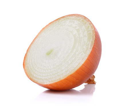 cebolla blanca: cebolla fresca en sobre fondo blanco