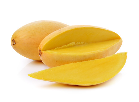 mango: Dojrzałe mango samodzielnie na białym tle