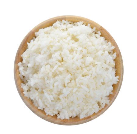 흰색 배경에 쌀의 전체 나무 그릇