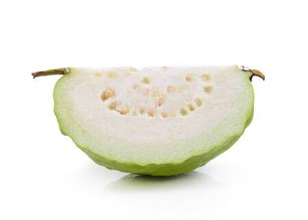 guayaba: Guayaba Slice (fruta tropical) en el fondo blanco Foto de archivo