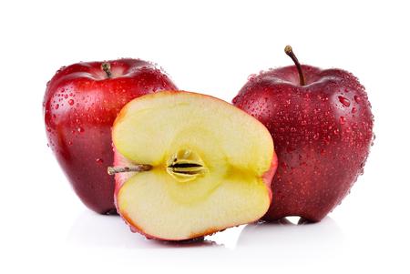 manzana roja: manzanas rojas con gotas de agua sobre fondo blanco Foto de archivo
