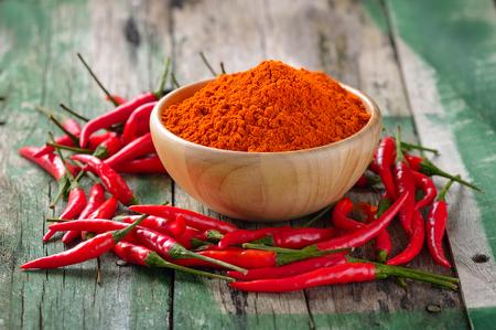 Rode chili peper op houten tafel