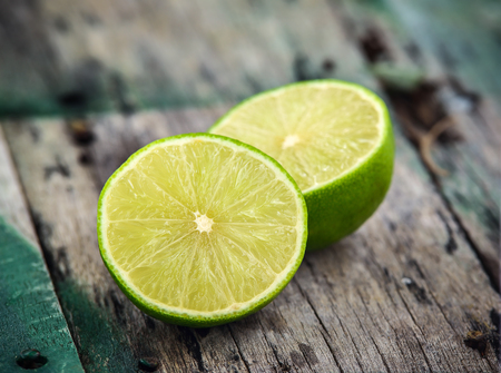 Fresh limes on wooden background Stockfoto