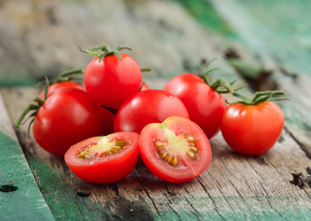 Close-up van verse, rijpe cherry tomaten op hout
