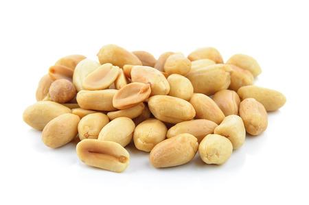 白い背景の上のピーナッツ