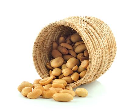 cacahuate: cacahuetes en la cesta sobre fondo blanco