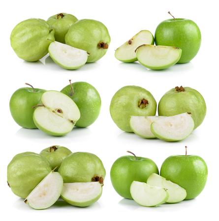 manzana verde: guayaba y manzana aislados sobre fondo blanco