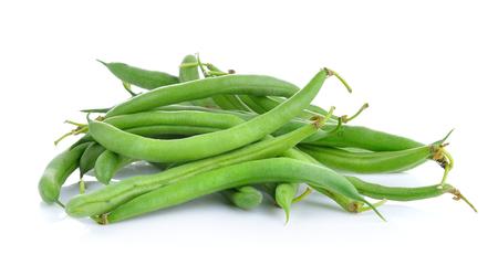 Grüne Bohnen auf einem weißen Hintergrund Standard-Bild