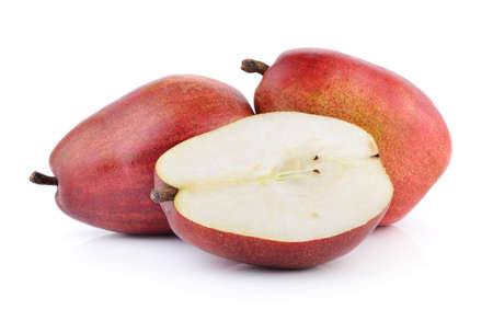 pera: peras rojas aisladas en el fondo blanco