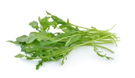 lechuga: Ensalada de rúcula dulce o la lechuga cohete hojas aisladas sobre fondo blanco