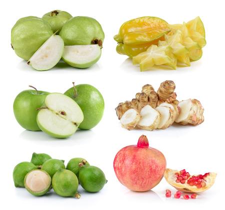 guayaba: guayaba, caimito, manzana, nueces de macadamia, alcachofa de Jerusalén, las granadas en el fondo blanco