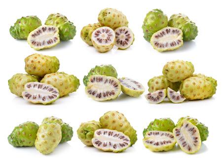 エキゾチックなフルーツ、ノニ果実の白い背景の上