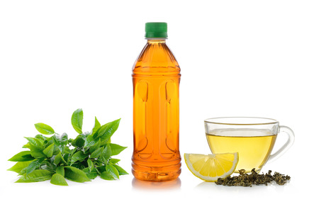 tè al limone su sfondo bianco