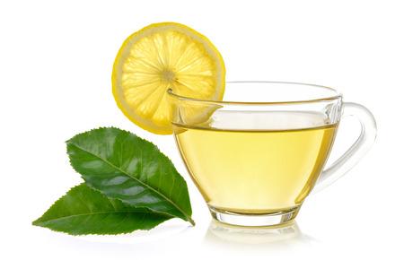 bicchiere di tè al limone su sfondo bianco