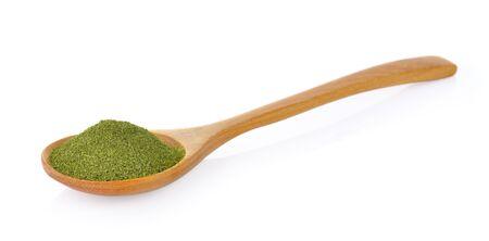 trocken grüner Tee im hölzernen Löffel