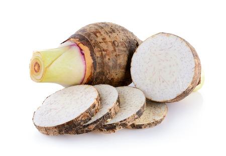 白い背景の上の里芋