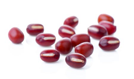 frijoles rojos sobre fondo blanco
