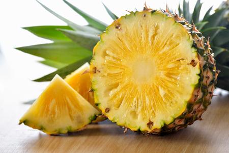 pineapple sliced on wood background Imagens - 78981098