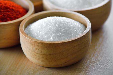 Glutamate de Monosodium dans un bol en bois Banque d'images - 79668741