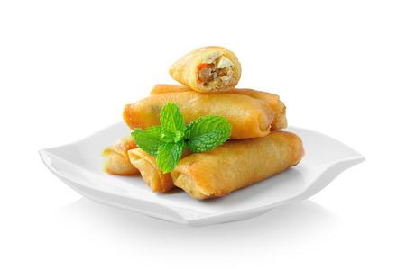 De gebraden Chinese Traditionele Lente rolt voedsel in ceramische plaat (mooie vorm) op witte achtergrond Stockfoto