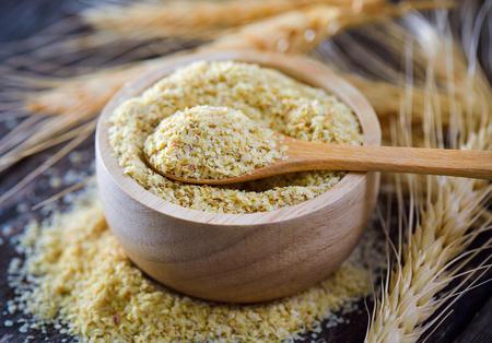 Germe de blé dans un bol de bois Banque d'images - 83259684