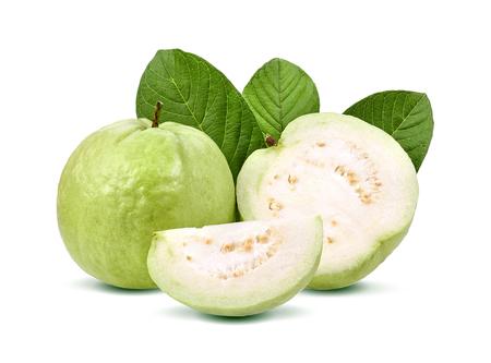 Guavefruit op witte achtergrond wordt geïsoleerd die.