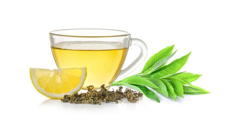 bicchiere di tè e foglia di tè su sfondo bianco