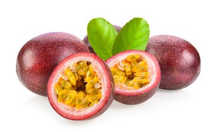 passionfruits isolato su sfondo bianco Archivio Fotografico