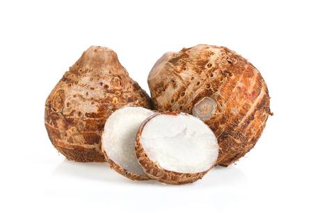 白い背景に隔離された甘い里芋根