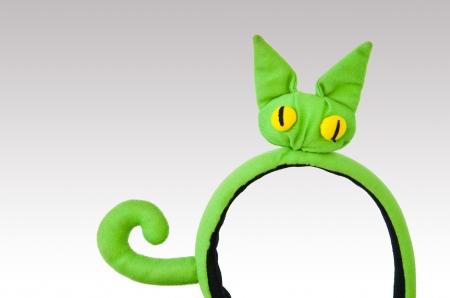 cintillos: Vinchas verdes de gato aislado en gris