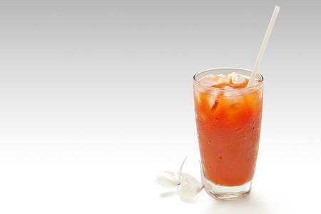 jugo de tomate: El jugo de tomate aislados en blanco