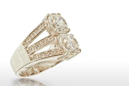 anillos de matrimonio: El anillo de diamante aislado en blanco Foto de archivo