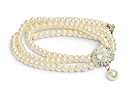 ダイヤモンドと真珠のネックレスが白で隔離