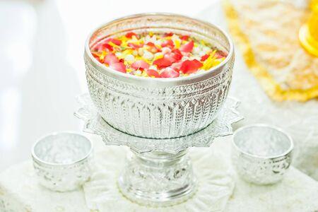 많은 꽃, 태국 신년 송 크 란 물 축제 에서이 거룩한 물 사용 은색 그릇