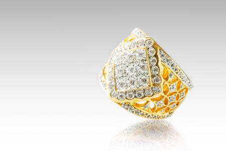 Gold diamond ring isolated on white 版權商用圖片